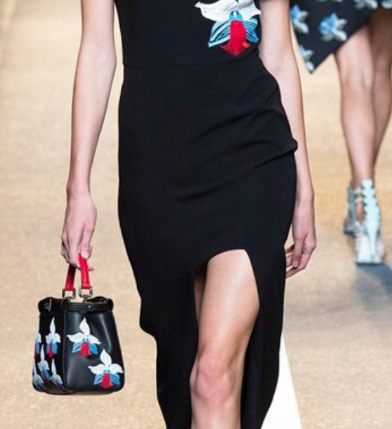 En kort kjol i kombination med en lång. Se även väskans vackra broderier, blusens applikation återkommer och ger en vacker helhet.