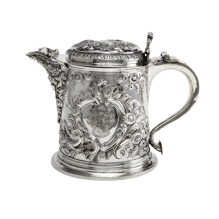 Dryckekanna, silver. London 1686. Vikt ca 1360 gram. Utropspris: 40.000 SEK. Göteborgs Auktionsverk
