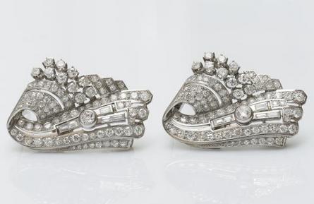 Paire de clips de revers volute en or gris 18 carats (750 millièmes) sertis de diamants de taille ancienne Estimation : 5 500 € / 6 000 €
