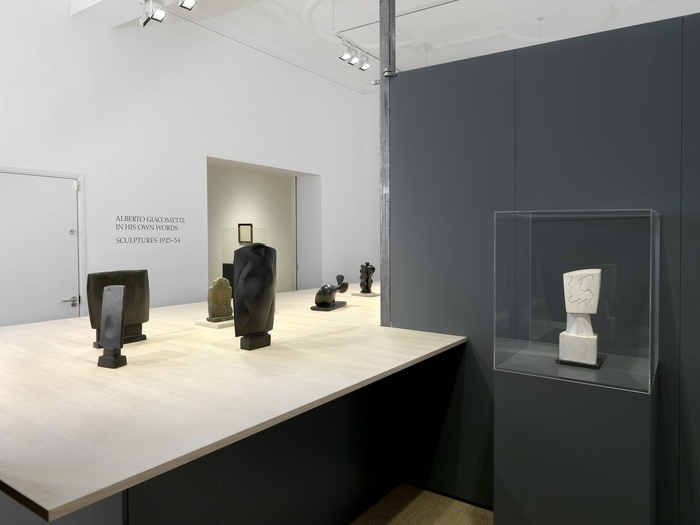 """Vue de l'exposition """"Alberto Giacometti: In His Own Words. Sculptures 1925 - 34"""" © The Estate of Alberto Giacometti (Fondation Giacometti, Paris and ADAGP, Paris), licensed in the UK by ACS and DACS, London 2016."""
