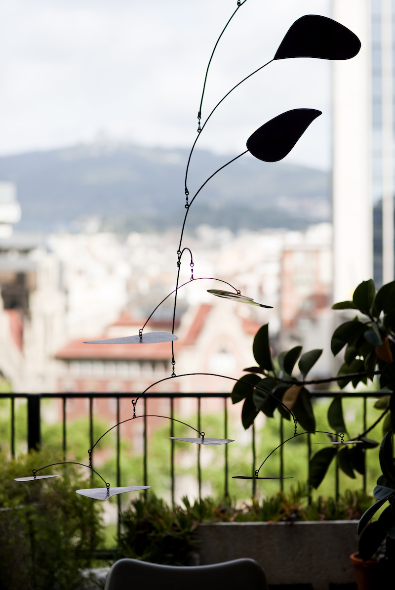 """- Mobilen på terrassen tror många att det är en Alexander Calder, vilket jag önskar att det var, säger Shukri och ler. Men det är """"bara"""" en homage till Calder. Hade det varit en äkta hade vi bott i en stor lägenhet i New York eller liknande skrattar han."""