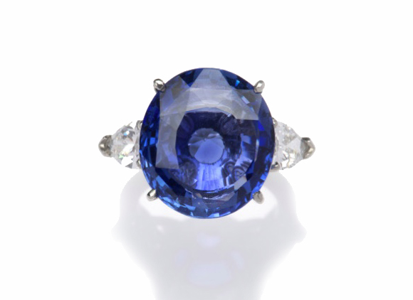 An impressive sapphire and diamond ring, 18.58 carat, ©Venduehuis