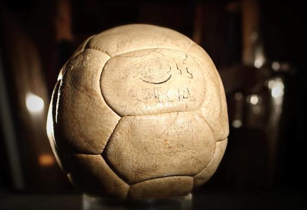 Bollen från Pelés tusende mål. Bild från Julien's Auctions.