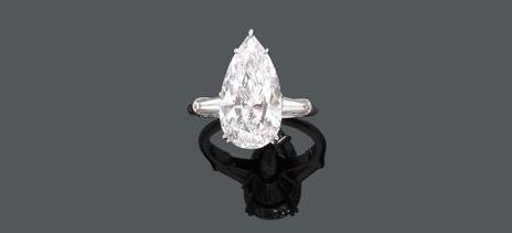 RENÉ KERN Bague en platine avec diamant poire (6,18 ct) et 2 diamants trapeze, signée 1969 Estimation: CHF 160 000-240 000