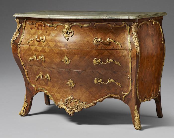 Fin rokokobyrå utförd av Lorentz Nordin, verksam som mästare i Stockholm 1743‑1773 klubbas på Uppsala Auktionskammare