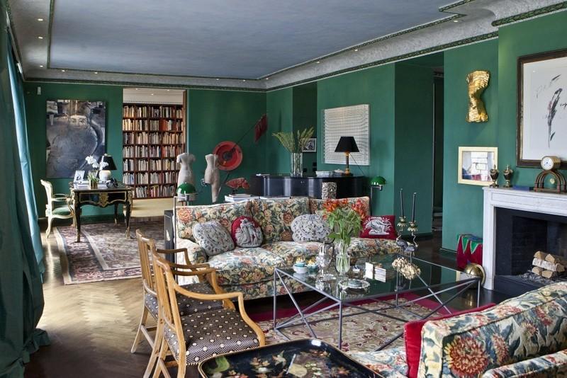 El salón está lleno de obras de arte de diferentes épocas y partes del mundo. En el fondo, vemos la apertura que lleva a la biblioteca
