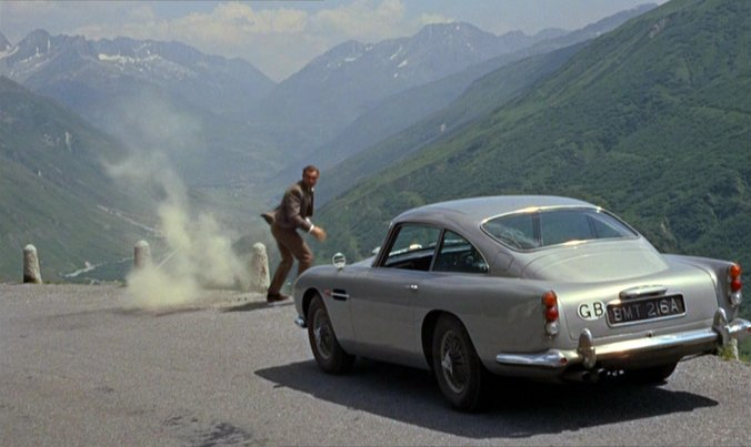 "1963 Aston Martin DB5 från filmen ""Goldfinger"". Foto via Youtube."