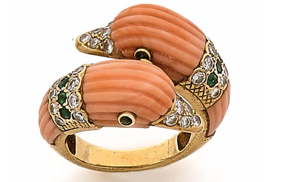 Van Cleef & Arpels, Bague en or jaune à deux têtes de canard stylisées appliquées de motifs de corail rose fileté, les becs et colliers sertis de diamants et d'émeraudes