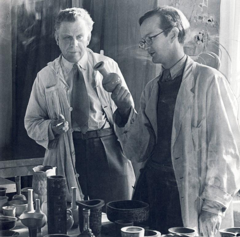 Stig Lindberg (t.h.) och Wilhelm Kåge i keramikverkstaden i slutet på 1930-talet på Gustavsberg. Bild: Wikipedia