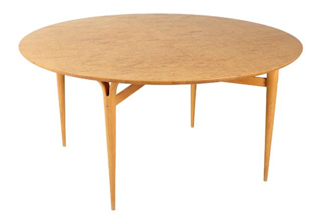Matbord, för Firma Karl Mathsson, 1974. På auktion hos Formstad Auktioner.
