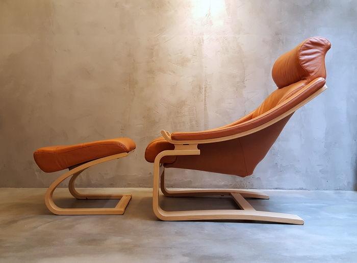"""ÅKE FRIBYTTER - Chaise """"Royal"""" avec tabourets, Suède 1970, fabriqué par NELO, début du 21e siècle"""
