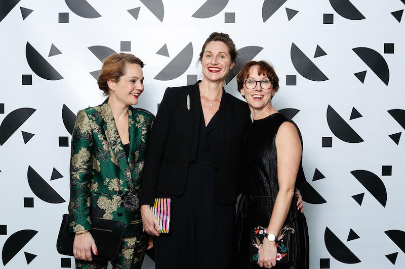 I mitten Nina Due som är ny chef för Röhska Museet som snart öppnar portarna igen. Här i sällskap med bland annat Helena Joelsson Ektsröm