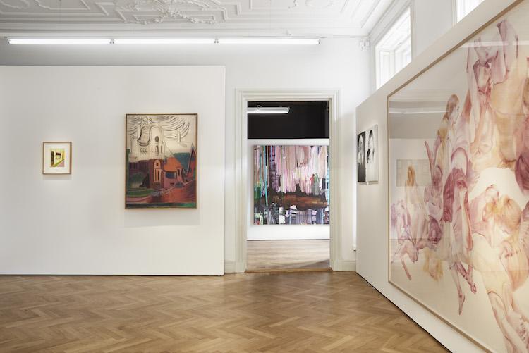 C F HIll visar ett trettiotal målningar i utställningen Bo Ahlstrand Collection.