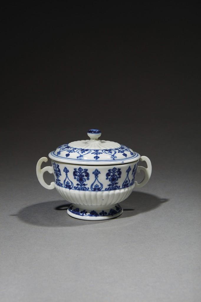 SAINT-CLOUD. Rare écuelle couverte miniature à deux anses en porcelaine tendre. Début XVIIIè siècle.