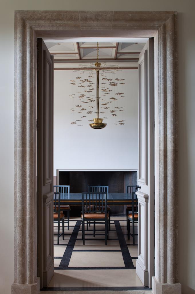 Luminaires par Paavo Tynell et salle à manger du Chateau Fabrègues.