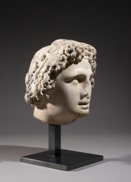 Art romain Deuxième quart du 2e siècle ap. J-C Tête surdimensionnée en marbre représentant le Jeune Bacchus, le dieu de la vigne
