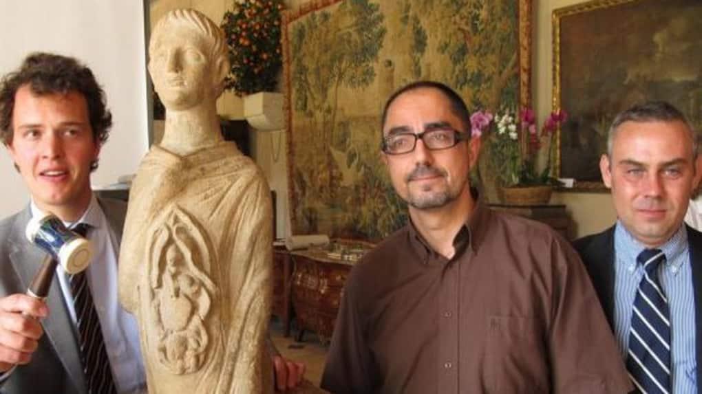 Christophe Kunicki à l'extrême droite, le revendeur d'antiquités qui aurait cédé le sarcophage au Met en 2017, image via La Nouvelle République