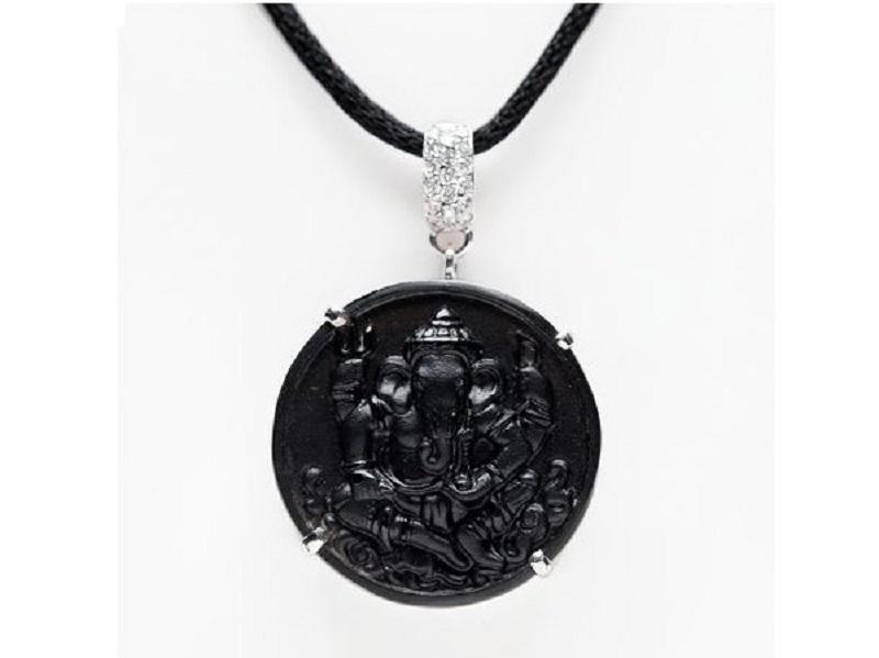 Colgante en oro blanco con una pieza de jade negro tallado con la figura de Ganesha
