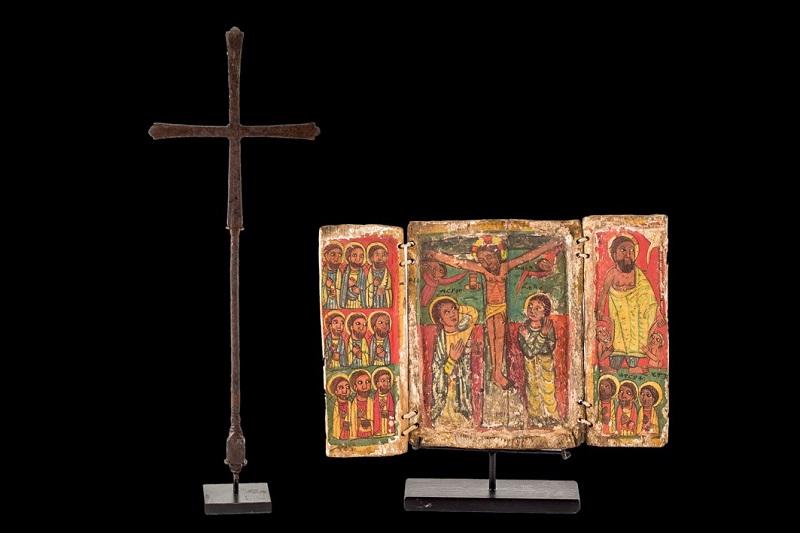 Lote 723: Tríptico y cruz etíopes (siglo XVI). Precio de salida: 5.500 €