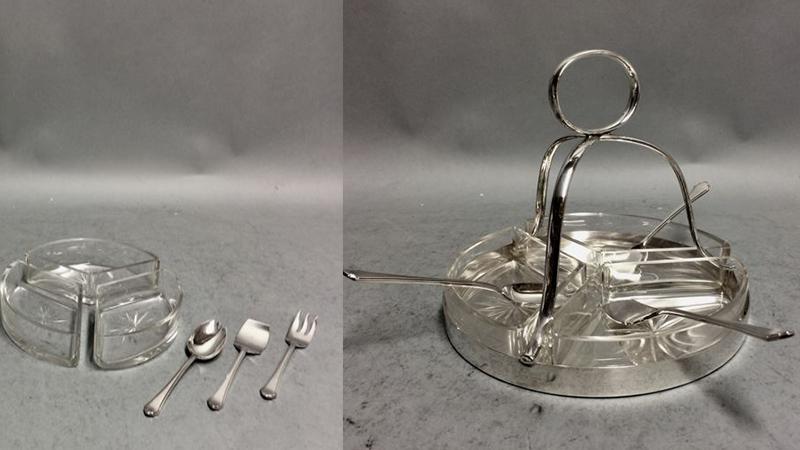Art Deco (裝飾風藝術)點心銀製器皿, 包括一隻刀叉、一支湯匙和勺子, 用來擺放點心Walker & Hall, Sheffield, 英國, 約1920年