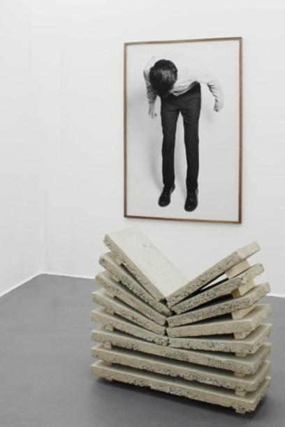 Thomas Cristiani & Antoine Roux, Split, 2013 Tirage jet d'encre, cadre en noyer, 100 x 150 cm Béton et bois, 40 x 120 x 110 cm Pièce unique Courtesy: Un-Spaced Gallery