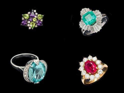 Oben links: WG-Ring mit Amethysten, Peridots und Brillanten Oben rechts: WG-Ring mit kolumbianischem Smaragd und Diamanten Unten links: WG-Ring mit Aquamarin und Diamanten Unten rechts: GG-Ring mit Rubin und Brillanten