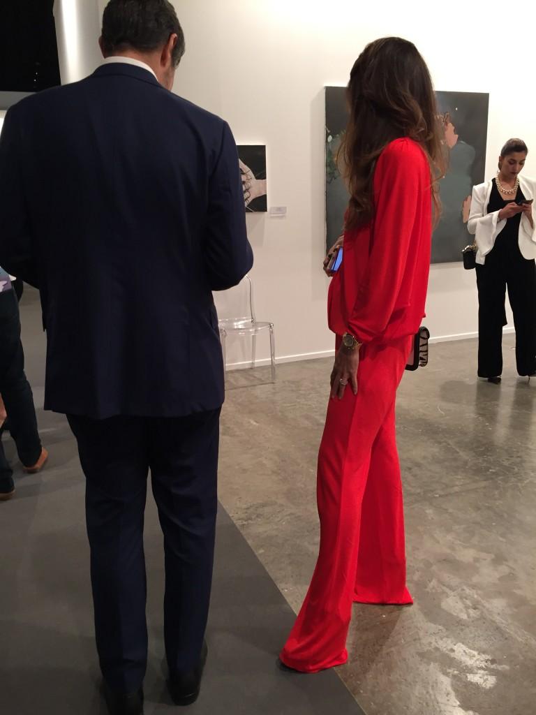 Kvinna klädd helt i rött.