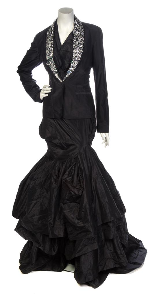 A Vivienne Westwood Black Taffeta Mermaid Gown Ensemble, sleeveless. Utrop: 1 600 SEK. leslie Hindman Auctioneers