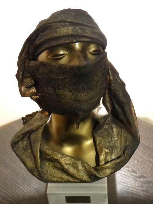 Lámpara Oriental en forma de mujer con velo de CHRISTIAN DAVIES. Precio de salida: 75 €