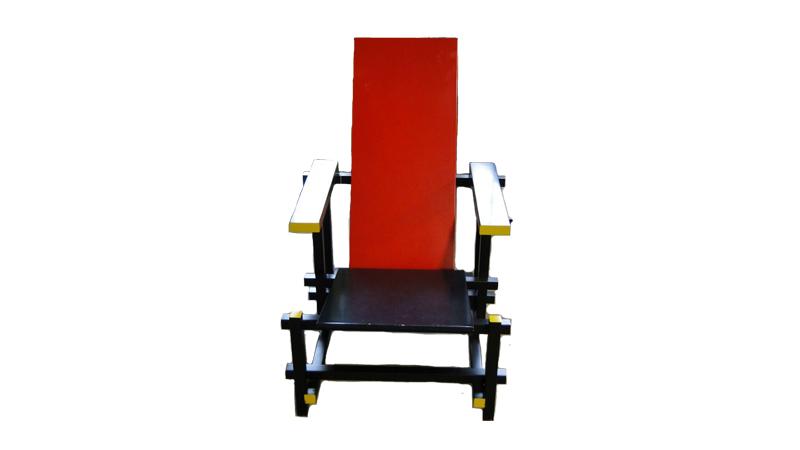 Stol, bemålat trä i rött, svart, gult och blått, mindre ytslitage. Utrop: 2,000 Sek. Björnssons Auktionskammare.