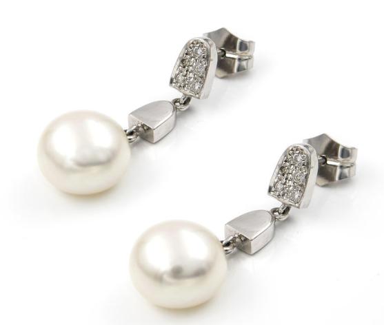 Paire de pendants d'oreilles or blanc et perles Adjugée 121 euros