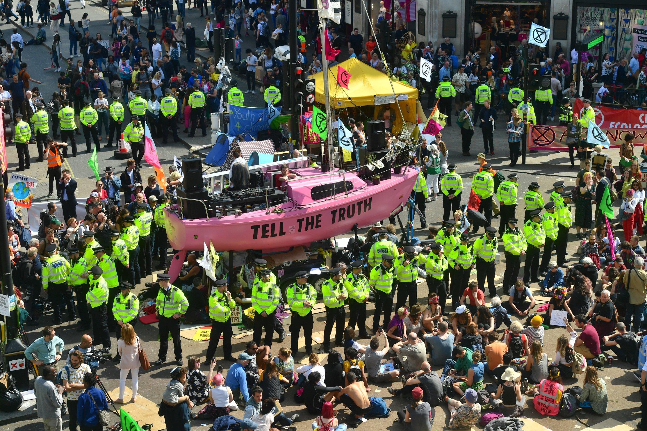 Des centaines de militants de l'Extinction Rebellion se sont réunis lors de la sixième journée de manifestations à Londres