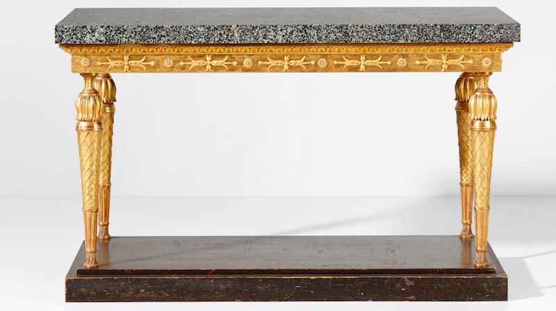 Ett av toppnumren är ett högklassigt konsolbord tillverkat i Stockholm under sengustaviansk tid. Bordets dekor är skuret i trä samt pastellage. Underredet bär fortfarande originalförgyllning med polerat guld och slagmetall, och ovanpå det vilar en skiva av Åsby diabas från Elfdals Porphyrverk. Fotplattan är bemålad för att immitera porfyr. Utropet är 150 000-175 000 kronor