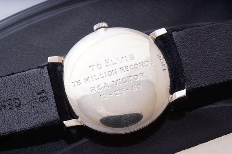 L'incisione sul retro dell'orologio regalato da RCA Records ad Elvis Presley.