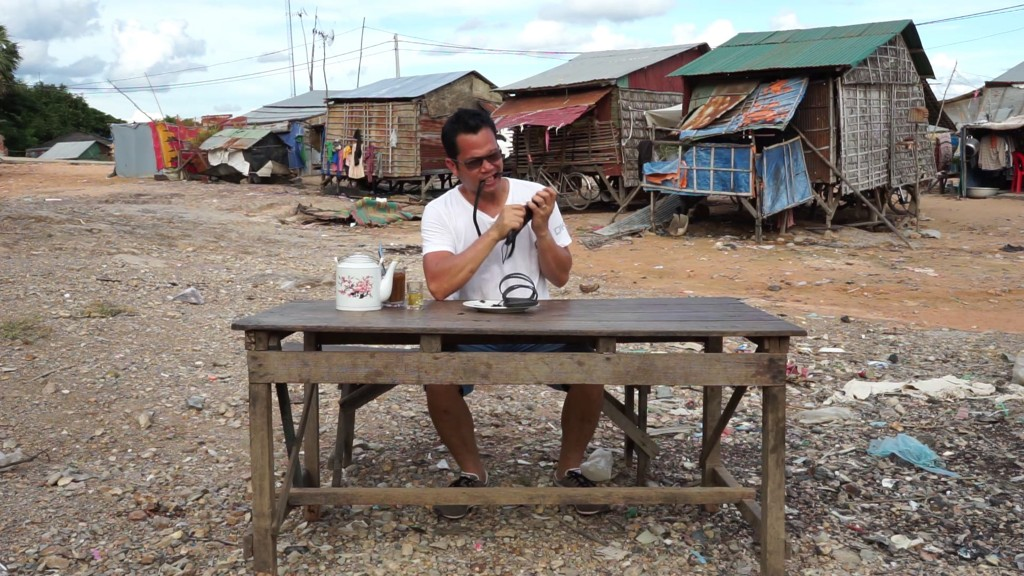 Svay Sareth, I, Svay Sareth, eat rubber sandals, 2015 圖片取自:ART STAGE SINGAPORE