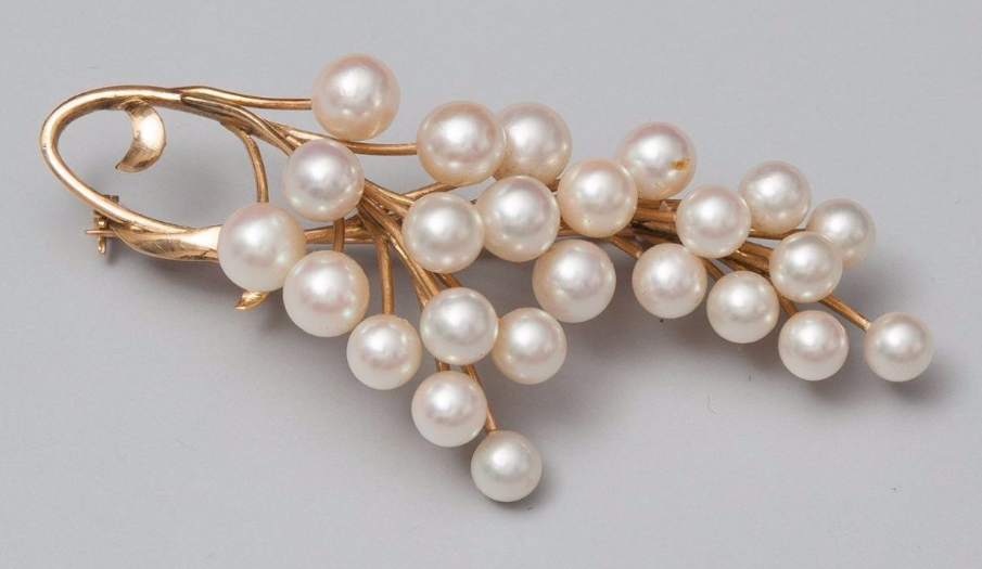 Broche dessinant une grappe de perles de culture en or FL Auction