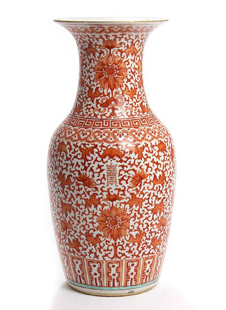 Bruun Rasmussen säljer kinesisk vas i järnröd dekor av bladverk och blommor. Utropet är 2 550 svenska kronor