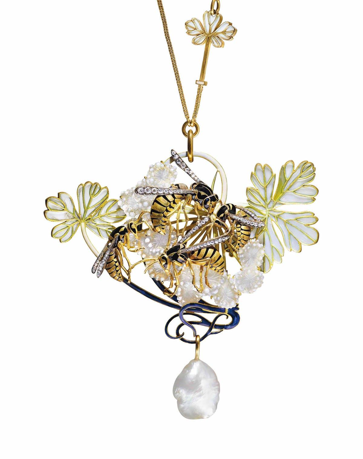 RENÉ LALIQUE. Collar de esmalte, diamante y perla Art Nouveau. Imagen vía: Barnebys
