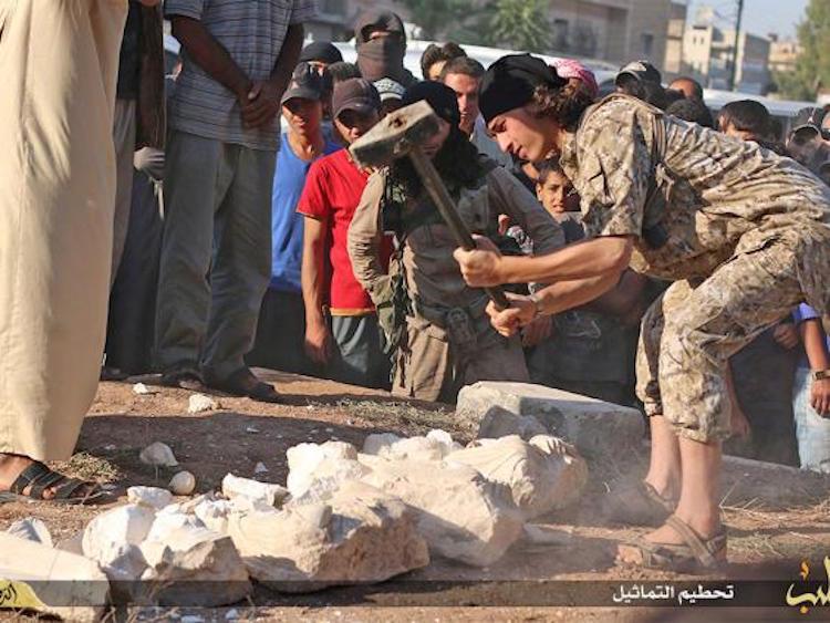 Inför publik våldför man sig på de kulturhistoriskt ovärderliga lämningarna
