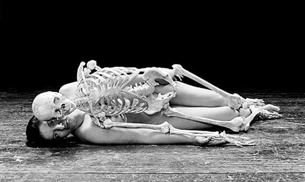 Marina Abramovic, capture de « Nude with Skeleton », 2002, image via UnDo.net