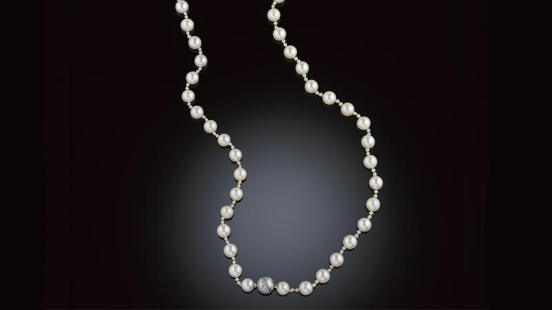Pärlcollier 54 odlade pärlor, ca 6.4-6.8 mm, med små pärlor emellan. Bajonettlås i 18 kt matterat vitguld med briljanter ca 0.30 ct. Svensk importstämpel.