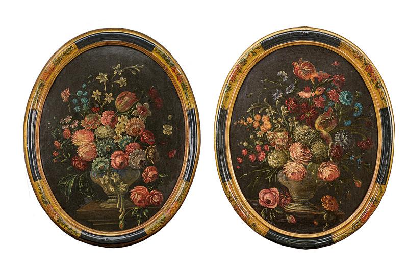 Paar ovale Blumenstillleben, Öl/Lwd., Rahmen bemalt und vergoldet, 90 x 60 cm, Italien 17. Jh. Schätzpreis: 3.500-5.500 EUR