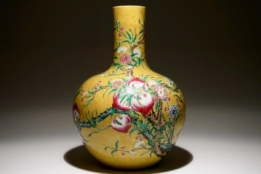 Un vase en porcelaine de Chine famille rose sur fond jaune foncé à décor de 9 pêches, 19/20ème