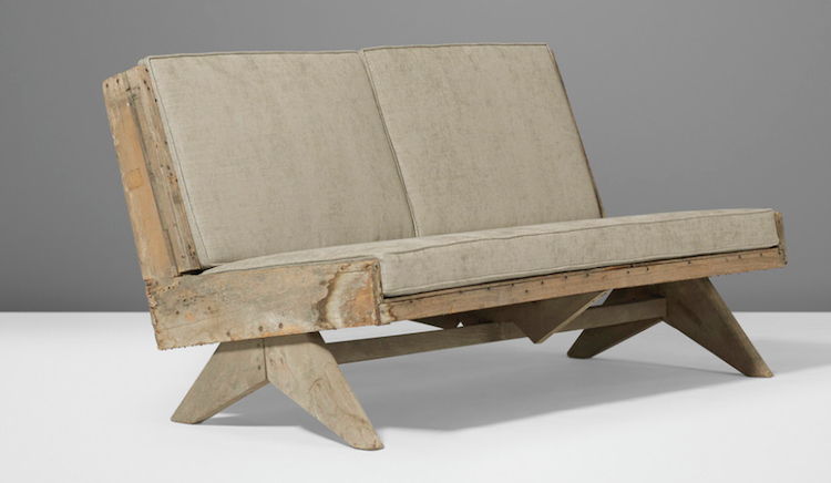 Enkelhetens melodi. Auktionen baseras på världens största privata samling av de bägge giganternas möbler från Högsta Domstolen i Chandigarh i Indien. Den ovanliga soffan i teak och linne av Pierre Jeanneret från 1955 ropas ut för 20-30 000 dollar hos Wright