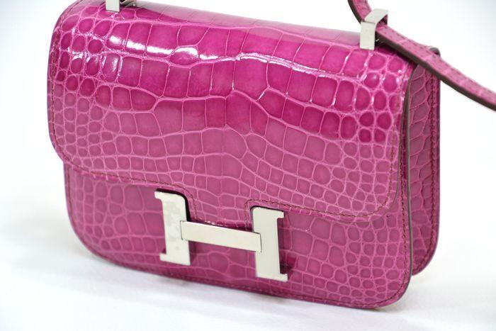 Bolso HERMES, modelo Constance en cocodrilo color fucsia. Precio estimado: 25.700-33.450 €