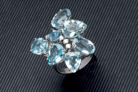 Ring aus Weißgold mit Aquamarinen (14,23 ct) und Brillanten (0,14 ct) Aufrufpreis: 1.900 EUR