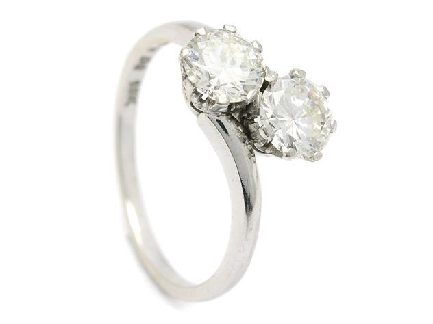 SYSKONRING, 18K vitguld, 2 mediumslipade diamanter ca 1,50 ctv, ca TCr(I)/VVS, Weinitz & Landelius, Stockholm 1954, stl 17,75 mm, vikt 3,8 g. Utropspris: 25 000 SEK.