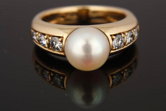 Bague or, diamants et perle de culture Adjugée 405 euros