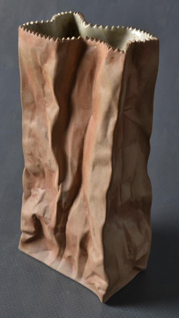 Vasen i form av en veckad påse i porslin av Tapio Wirkkala för Rosenthal. Utrop 1 000 kronor på Västerviks Auktionsbyrå