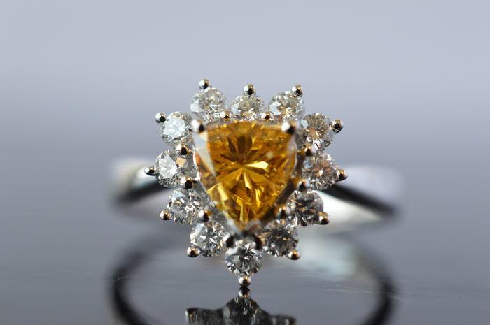 Anillo de compromiso en oro blanco con diamantes en forma de corazón en intenso color amarillo-naranja. Precio estimado: 18.000-24.000 €. La subasta termina el 11 de diciembre a las 20 h.
